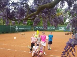 Demonstratie rolstoeltennis en kidsclinic bij tennisvereniging Ooltgensplaat